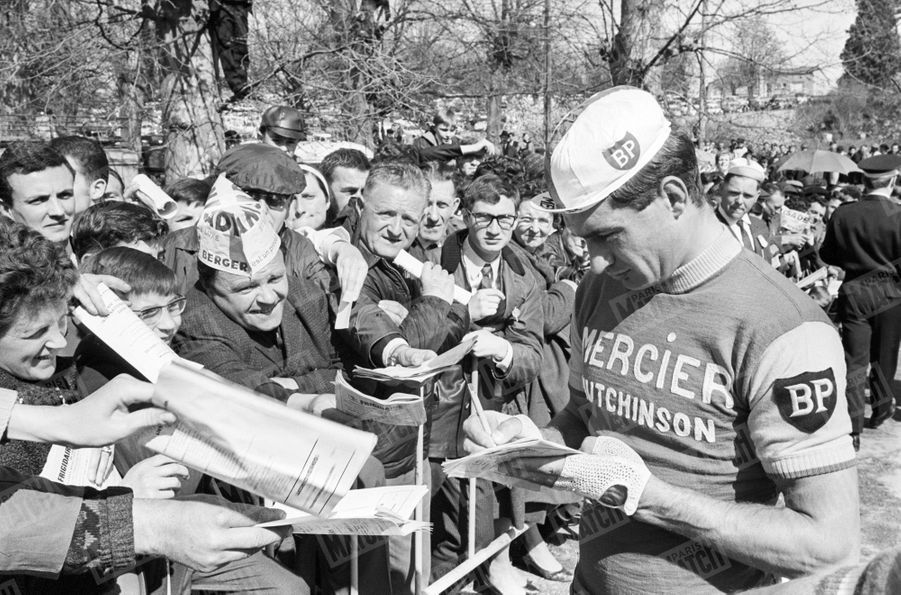 Raymond Poulidor, l'idole des Français... lors d'un critérium à Châteauneuf-la-Forêt en avril 1966.