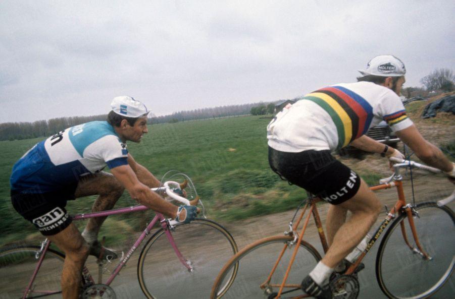 Raymond Poulidor en duel avec Eddy Merckx, lors duParis-Roubaix de 1972.