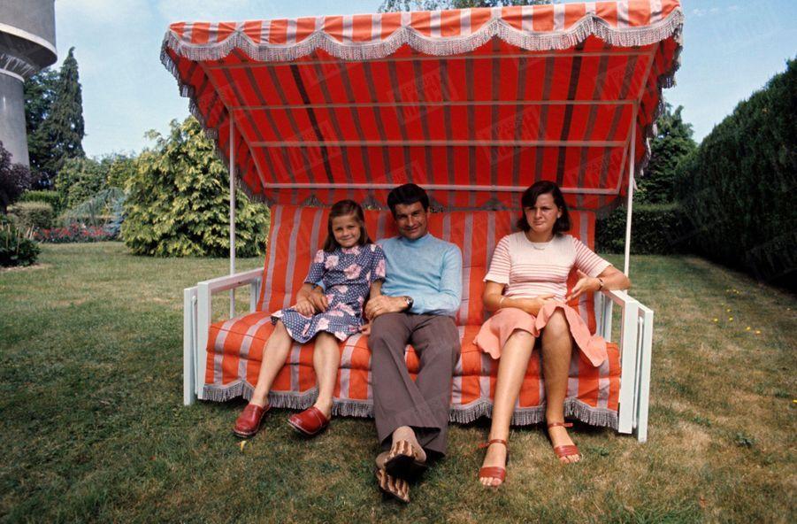 Raymond Poulidor chez lui avec ses deux filles, en 1976