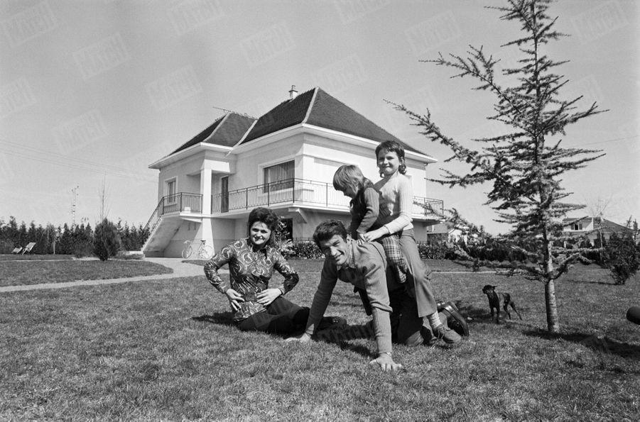Raymond Poulidor,avec son épouse Gisèle et leurs deux filles, Isabelle et Corinne, dans leur maison duLimousin, en avril 1971.
