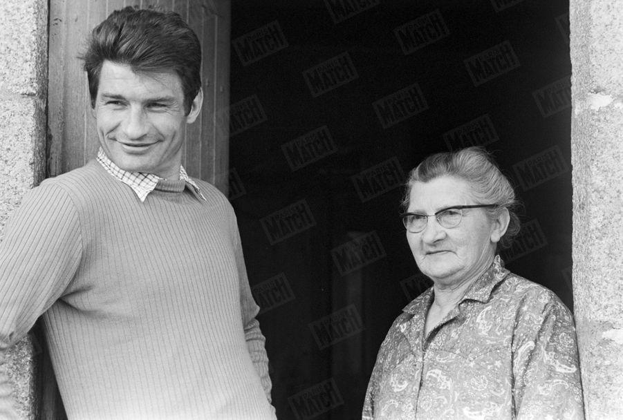Raymond Poulidor chez lui dansLimousin, avec sa mère Marie-Marguerite,en avril 1971.