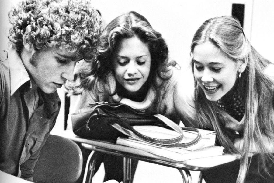 Sur la photo précédente, Matthew Perry en 1987 travaille sur le journal de l'école.