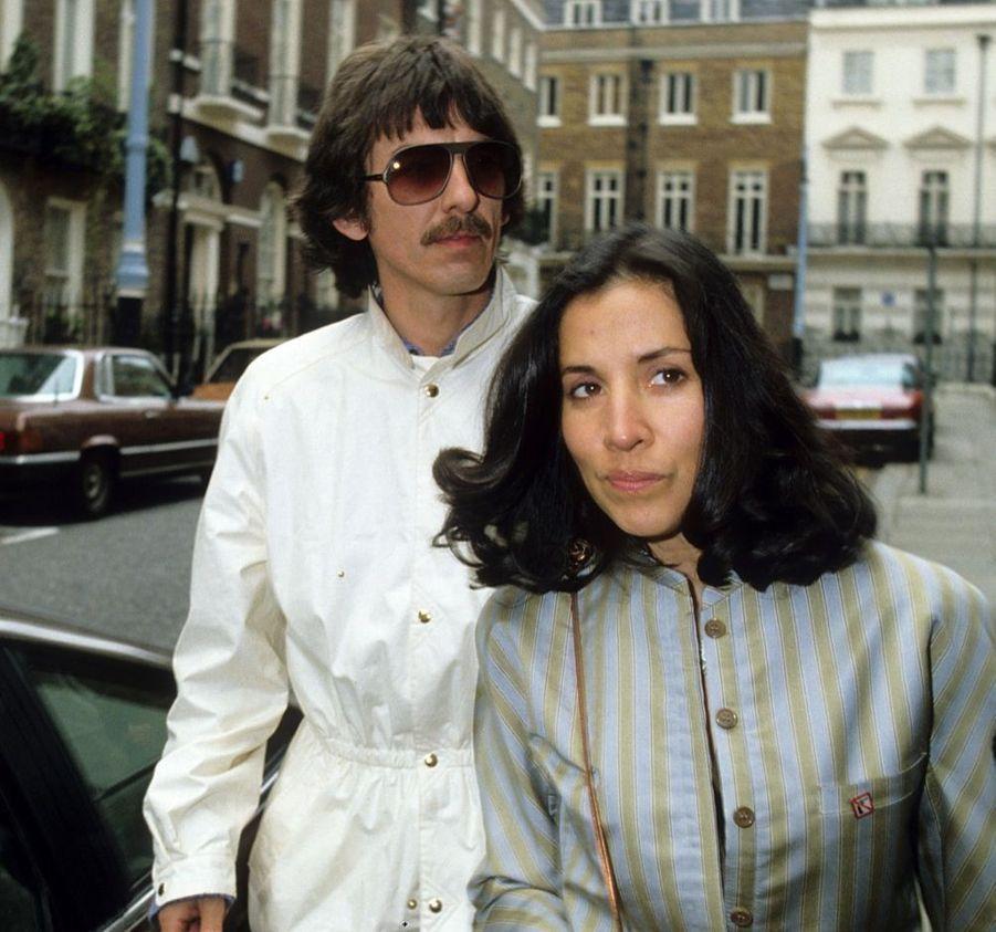 George Harrisonet son épouse Olivia, au mariage deRingo Starr et Barbara Bach, le 27 avril 1981, à la mairie de Marylebone, à Londres.