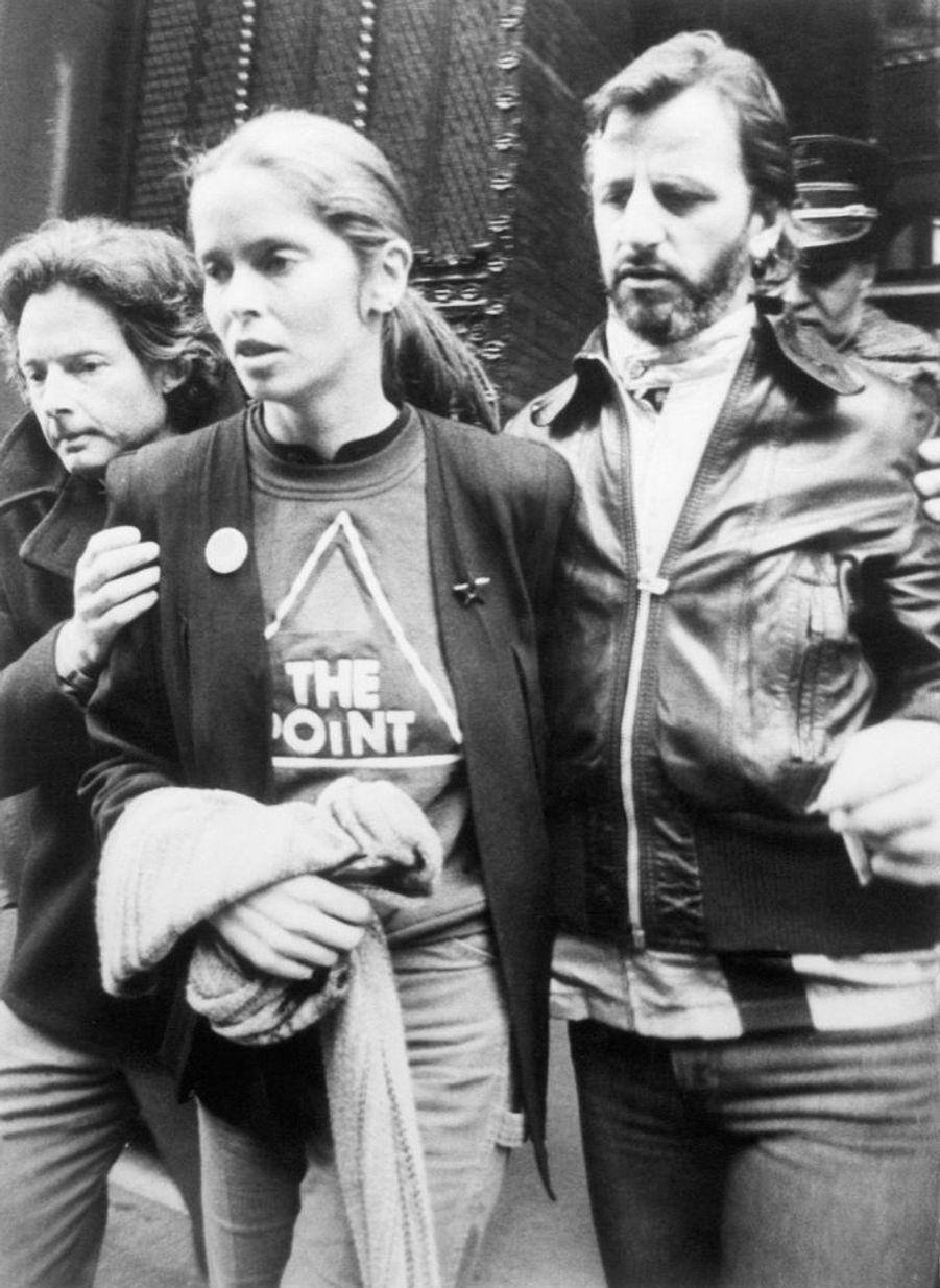 Barbara Bach etRingo Starr quittant leDakota Building,l'immeuble où a été assassiné John Lennon la veille,le 9 décembre 1980.