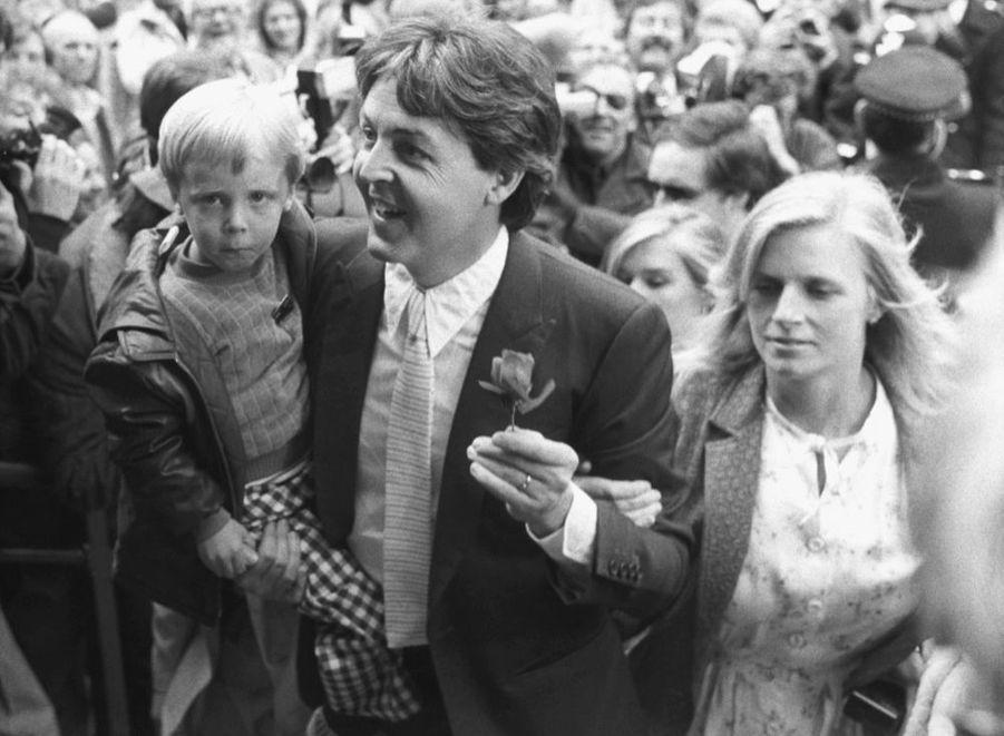 Paul McCartney et son épouse Linda, au mariage de Ringo Starr et Barbara Bach, le 27 avril 1981, à la mairie de Marylebone, à Londres.