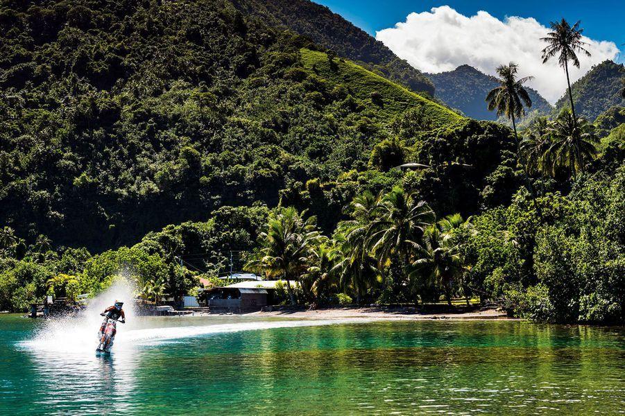 Robbie Maddison surfe les vagues tahitiennes à moto.