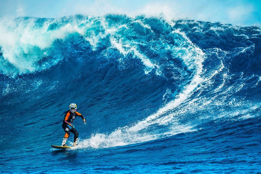 Robbie Maddison surfe les vagues tahitiennes.