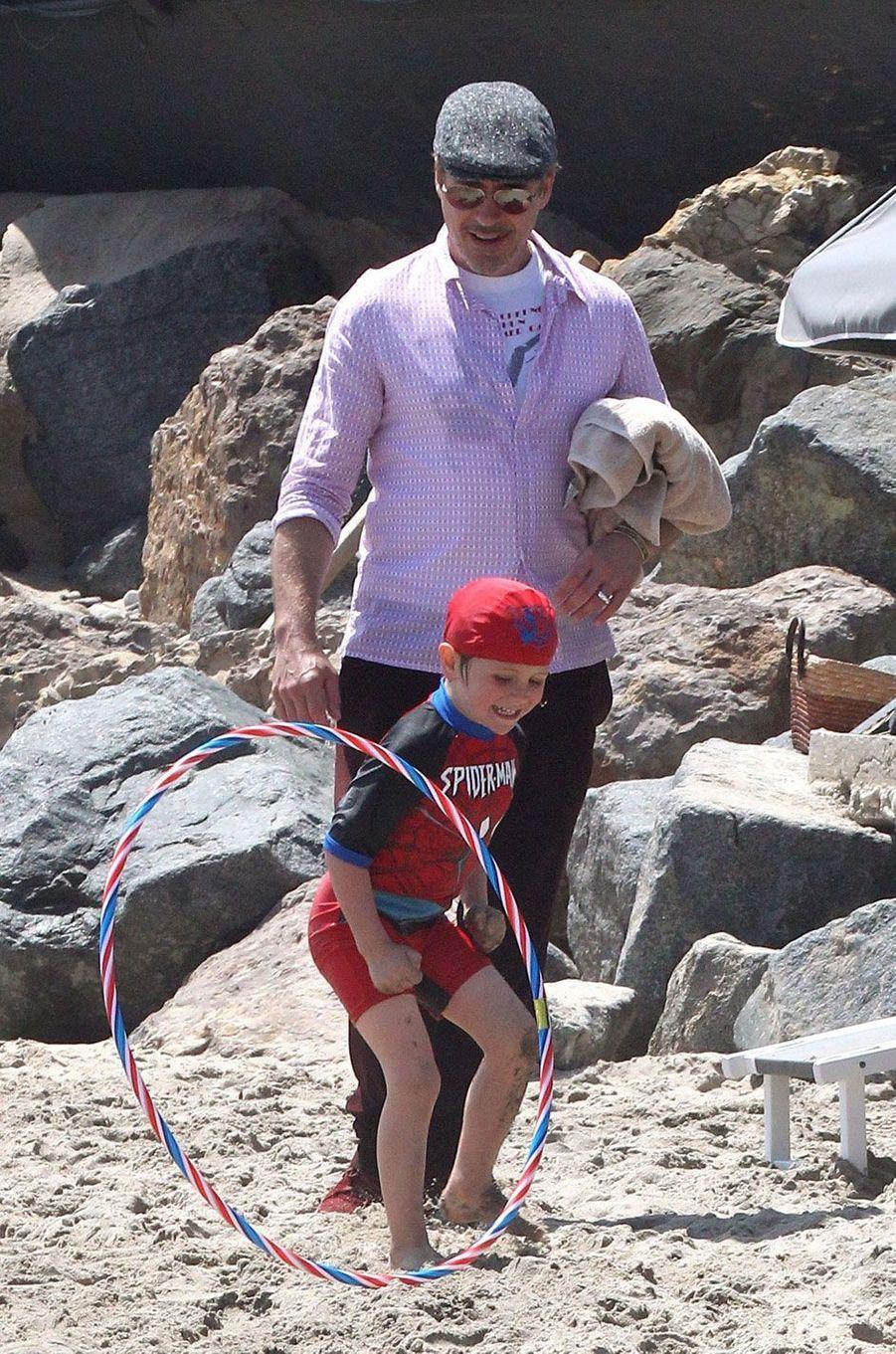 Robert Downey Jr et son fils Exton Elias pour le Memorial day à Malibu, mai 2016