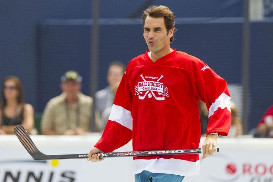 En marge du tournoi de Toronto, Roger Federer a troqué sa raquette contre une crosse. Avec quelques autres tennismen, le Suisse s'est essayé à la discipline reine au Canada et a affrontédes joueurs de Toronto Maple Leafs. Pour l'occasion, le court central a été transformé en terrain de hockey. Un exercice qui a séduit le champion. «Je me suis bien amusé à rencontrer tous les joueurs, ils étaient vraiment détendus. J'ai toujours adoré le hockey. Mais je ne sais pas vraiment patiner en fait, je ne sais pas m'arrêter, alors je dois faire des ronds», a-t-il confié comme le rapporte «Sports.fr». Mardi, fini les palets, Federer devra maîtriser à nouveau la balle jaune pour son entrée dans le tournoi.