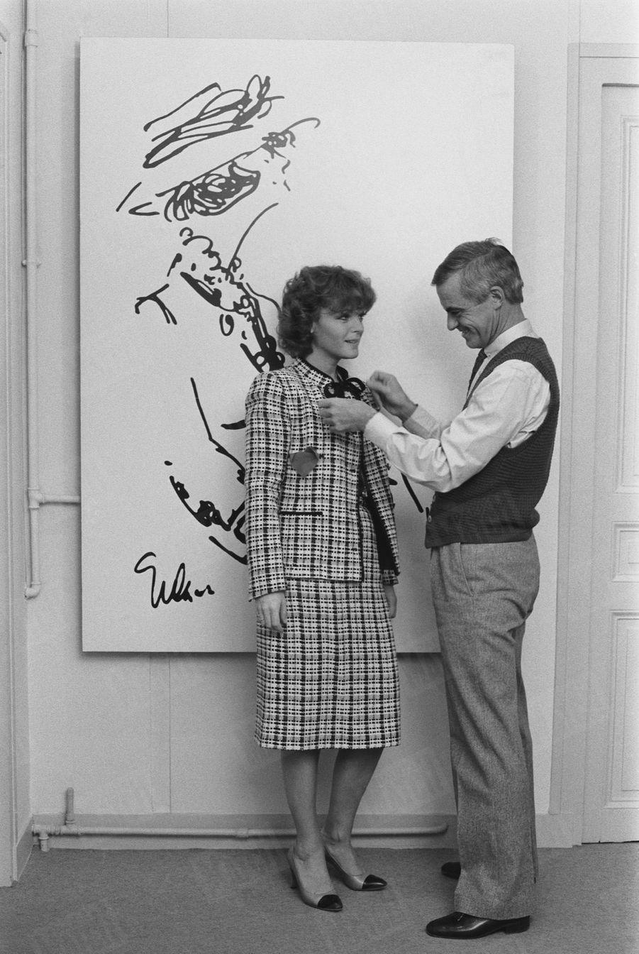 « Romy a retrouvé, le temps d'une photo, l'appartement de Chanel. La terrible et séduisante Mademoiselle avait, la première, deviné la fulgurante carrière de la jeune comédienne. Romy est aujourd'hui entièrement habillée par Philippe Guibourgé, créateur du prêt-à-porter Chanel. » - Paris Match n°1601, 1er février 1980.