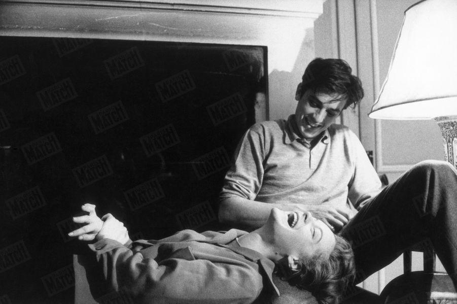 Romy Schneider et Alain Delon, dans leur hôtel particulier de l'avenue de Messine, en janvier 1961.