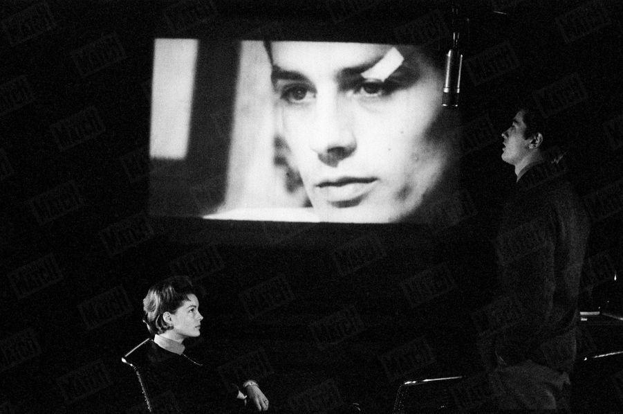 Romy Schneider, Alain Delon et Luchino Visconti au théâtre de Paris, lors des répétitions de la pièce « Dommage qu'elle soit une p… », en janvier 1961.