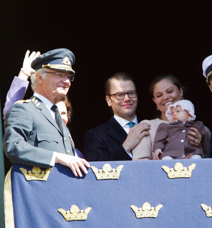Première apparition au balcon, pour les 66 ans du roi Carl Gustaf, le 30 avril 2012
