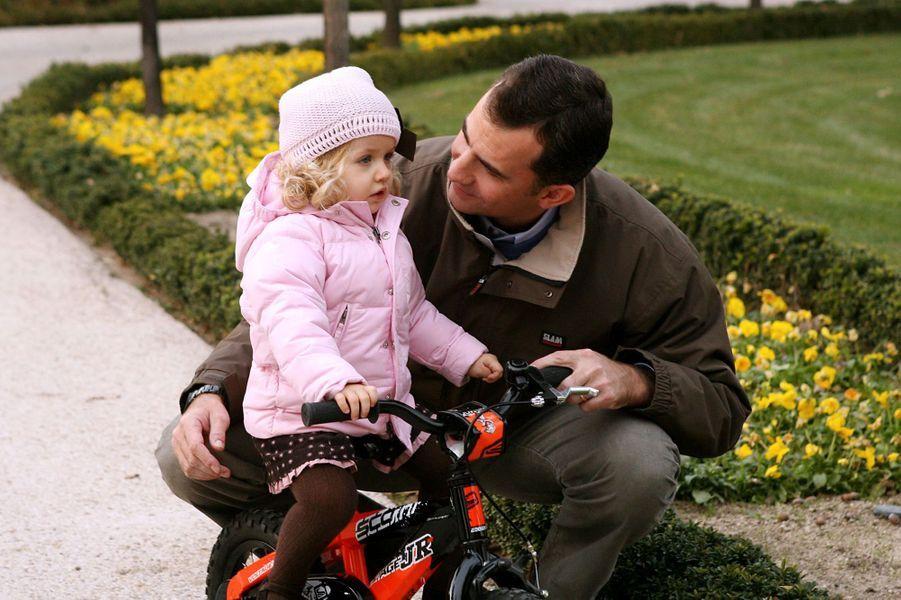 Leonor apprend à faire du vélo avec son père, en novembre 2007