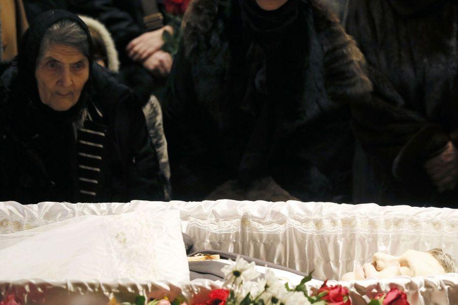 Dina Eidman la mère de Boris Nemtsov, se recueille devant la dépouille de son fils.