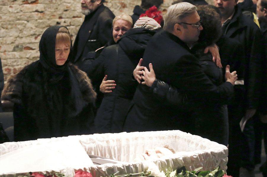 Plusieurs milliers de personnes sont venues mardi rendre un dernier hommage à Moscou à Boris Nemtsov, l'un des opposants les plus virulents de Vladimir Poutine, abattu vendredi par balles près du Kremlin. Sa mère et ses enfants se sont recueillis devant le cercueil ouvert, comme le veut la tradition orthodoxe. Des anonymes et des personnalités sont venus s'incliner, faire le signe de croix et déposer des fleurs. Les larmes aux yeux pour certains.Parmi les personnalités, la veuve de l'ancien président de Russie Boris Eltsine, dont Nemtsov avait été vice-Premier ministre, l'ancien Premier ministre de Poutine passé à l'opposition, Mikhaïl Kassianov, l'ancien Premier ministre britannique, John Major, et l'ambassadeur des Etats-Unis, John Tefft, qui a présenté «les profondes condoléances du président et du peuple américain pour la mort de ce grand patriote russe».Une couronne a été envoyée par le Premier ministre russe, Dmitri Medvedev, et plusieurs membres du gouvernement sont venus rendre hommage à Boris Nemtsov, notamment les vice-Premiers ministre Arkadi Dvorkovitch et Sergueï Prikhodko.Certaines personnes ont été empêchés d'assister aux obsèques: le président du Sénat polonais, Bogdan Borusewicz, a déclaré que les autorités russes lui avaient refusé l'entrée en Russie, en réponse aux sanctions européennes contre Moscou, et l'eurodéputée lettonne Sandra Kalniete a annoncé lundi soir avoir été refoulée à l'aéroport international de Moscou-Chérémétiévo.La compagne ukrainienne de Boris Nemtsov, Ganna Douritska, qui était à ses côtés quand il a été abattu n'a pas non plus participé à ce dernier adieu. Elle a finalement pu quitter Moscou lundi soir après avoir affirmé qu'on ne l'autorisait pas à rentrer en Ukraine. Le porte-parole du Comité d'enquête de Russie, Vladimir Markine, a toutefois démenti mardi que Ganna Douritska ait été retenue contre son gré.