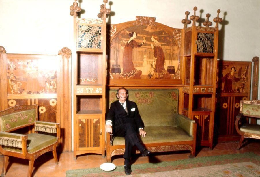 « À Paris, à l'hôtel Meurice, où il a l'habitude de descendre, appartement n° 106, l'ancien appartement occupé par Alphonse XII ou à Madrid à l'hôtel Ritz où il choisit toujours la chambre dont la salle de bains est en forme de piscine romaine. Salvador Dali, après ses randonnées à travers un Paris et un Barcelone connus de lui seul, a besoin d'un repos avant d'affronter les obligations mondaines de la nuit. Il rejoint donc ses rêves, car le peintre ne peut s'assoupir sans rêver et sans rêver en couleurs, des rêves merveilleusement drôles qu'il ne raconte jamais. Il a cependant remarqué que plus son sommeil est court et plus ses songes sont fulgurants. Aussi a-t-il adopté pour ses siestes la technique de la clé. On s'endort une clé à la main et une assiette à ses pieds. Lorsqu'on perd conscience la clé tombe. Elle casse l'assiette. Le bruit vous réveille.» - Paris Match n°1055, 26 juillet 1969