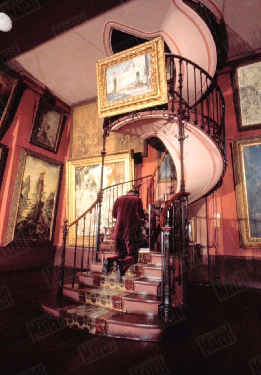 « Chez Moreau, l'érotisme est spiritualisé. Le sexe disparaît, c'est le règne de la bande de Möbius. Même l'escalier de son atelier est angélique et adorable.», Salvador Dali dans Paris Match n°1055, 26 juillet 1969