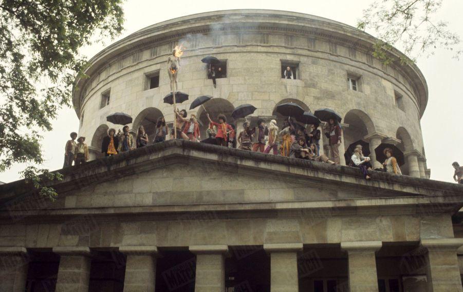 « Triomphe de Ledoux : l'architecte classique le plus surréaliste. On brûle en effigie le surréalisme romantique. Les hippies crétinisés par les festivals de musique pop commencent à découvrir les trésors de la musique classique et de l'architecture de Louis XVI grâce à Nicolas Ledoux et à son chef-d'oeuvre qui se trouve au coeur de la place de Stalingrad.», Salvador Dali dans Paris Match n°1055, 26 juillet 1969