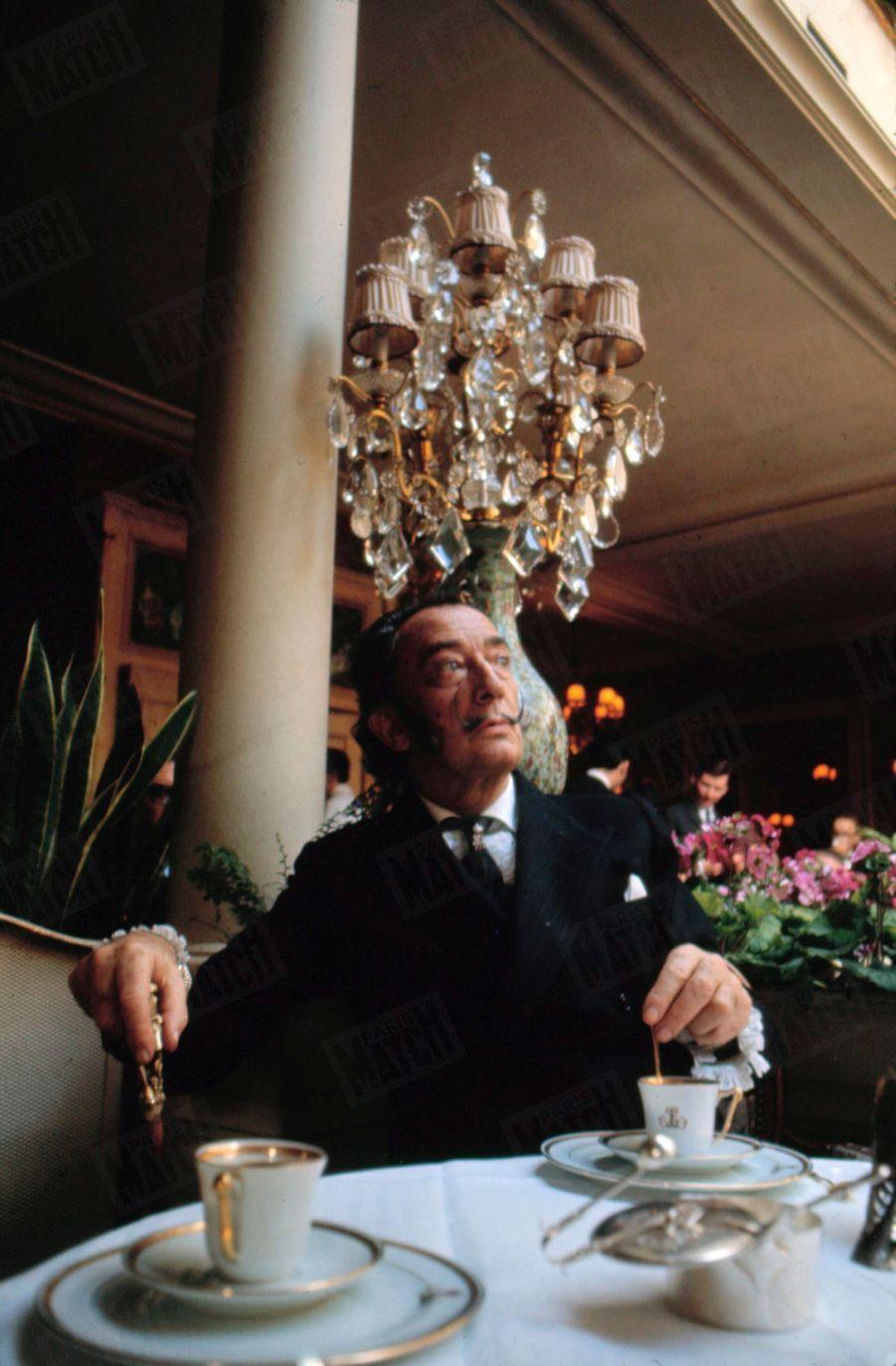 « Déjeuner positif chez Lasserre, cela veut dire : écrevisses à la nage, ortolans en papillotes, fraises des bois, eau de Badoit. », Salvador Dali dans Paris Match n°1055, 26 juillet 1969