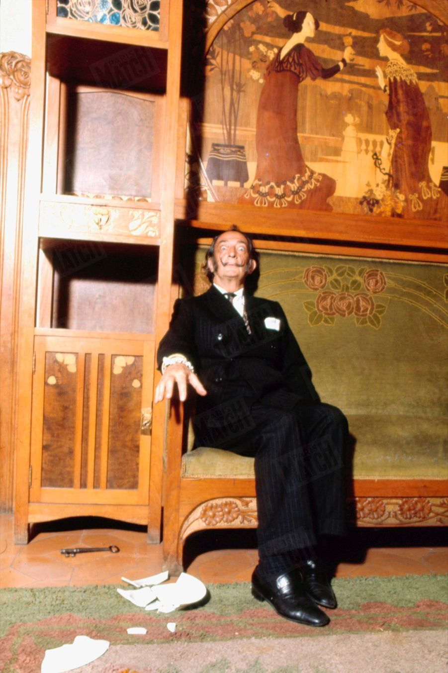« A la fin de ses parcours parallèles ultrapositivistes et surréalistes, Dali se permet une sieste, la plus courte et la plus succulente des siestes, la sieste pratiquée par les moines dans les couvents espagnols. La clé casse l'assiette au moment instantané de la perte de connaissance.», Salvador Dali dans Paris Match n°1055, 26 juillet 1969