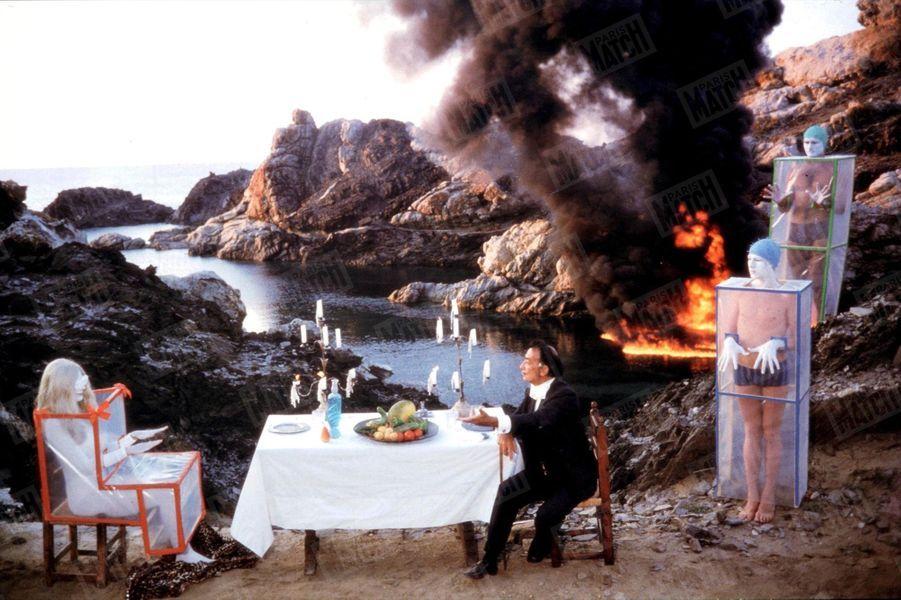 «Le maître avait prévu, pour le dessert, une modeste apocalypse : 500 litres d'essence déversés dans la mer et auxquels on mit le feu»- Paris Match n°856, 4 septembre 1965