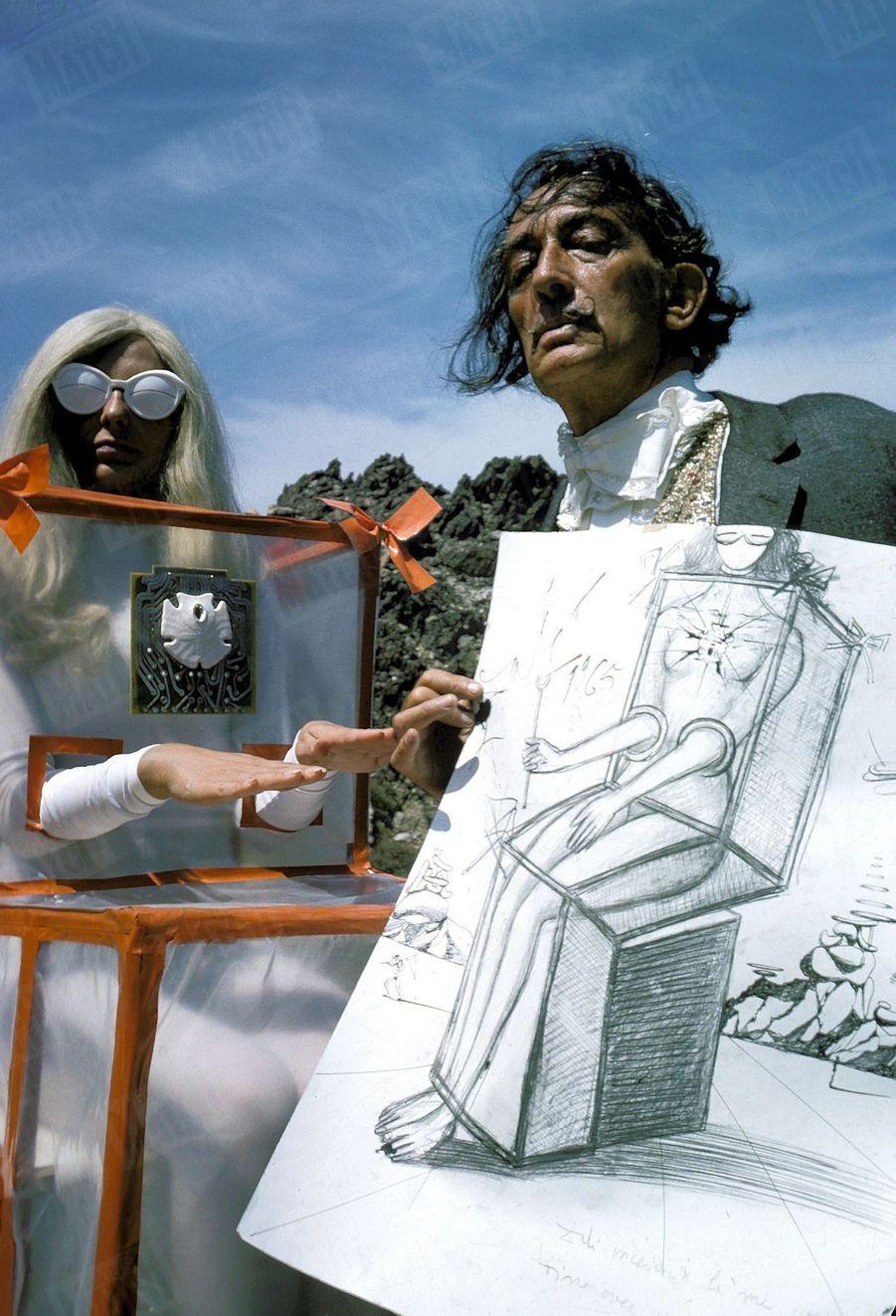 « Pour dessiner les costumes, dit Dali, je me suis inspiré des statues égyptiennes de Louqsor et, naturellement, de la gare de Perpignan » - Paris Match n°856, 4 septembre 1965