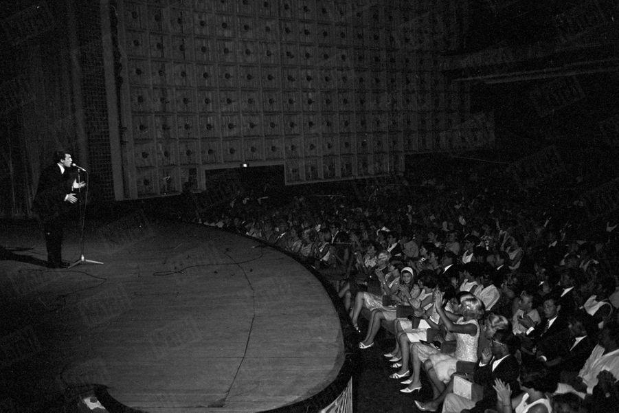 Salvatore Adamo, lors de son premier rendez-vous avec Paris Match, sur la Côte d'Azur en août 1965.