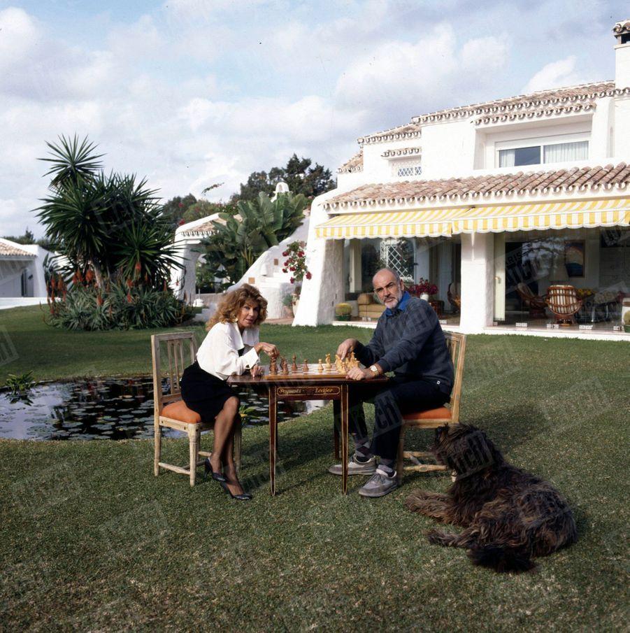 Sean Connery et son épouse Micheline dans leur propriété de Marbella, en Espagne, en décembre 1986.