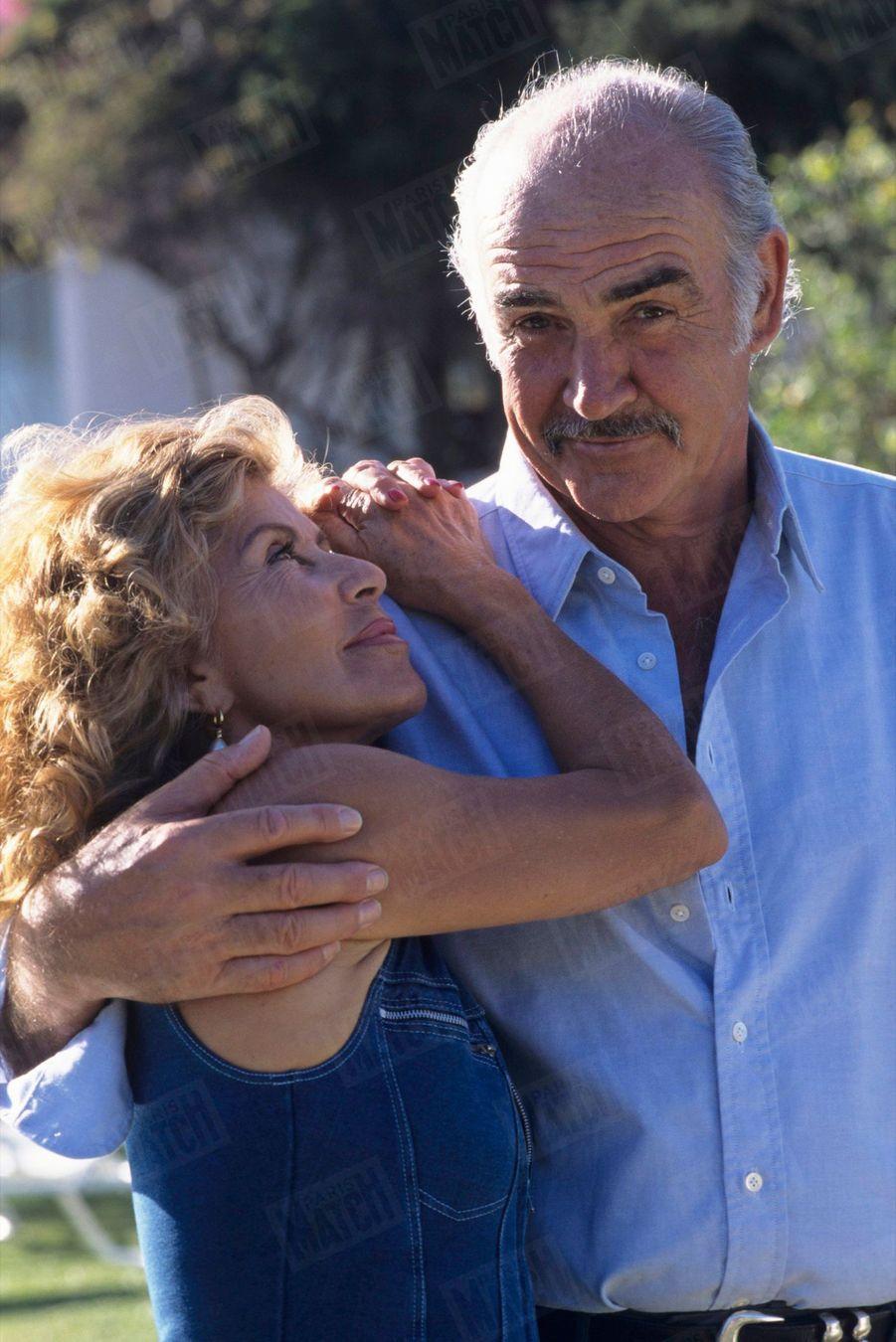 Sean Connery et son épouse Micheline dans leur propriété de Marbella, en Espagne, en mai 1995.