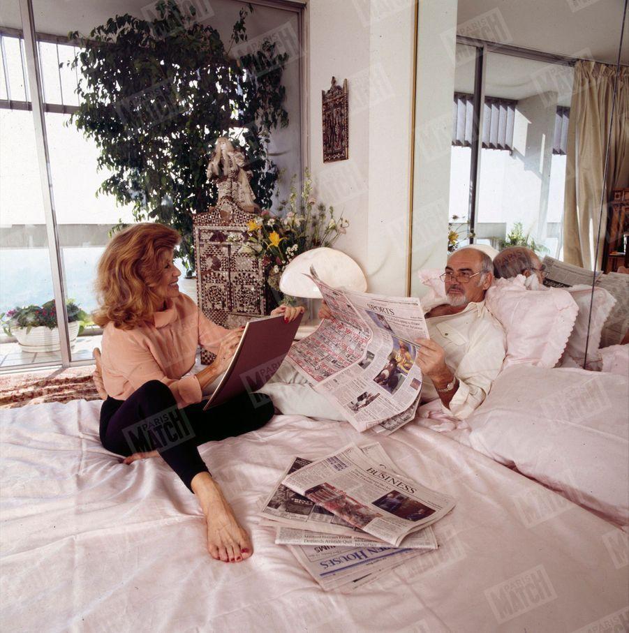 Sean Connery et son épouse Micheline dans leur maison de Los Angeles, en novembre 1993.