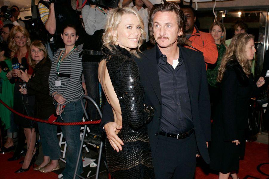 Tous deux ont été mariés pendant 19 ans et ont eu deux enfants, Hopper et Dylan. Ils ont divorcé en 2009.