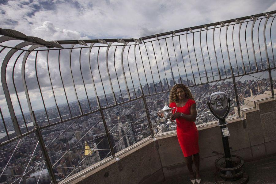 Serena Williams a troqué son short et ses tennis contre un robe et des escarpins pour poser fièrement au sommet de l'Empire State Building avec le trophée de l'US Open.