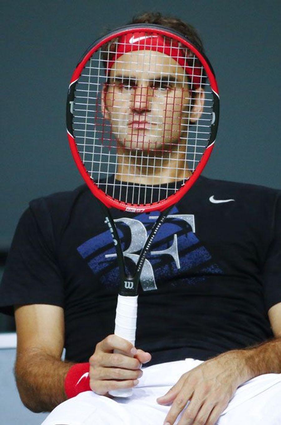 Roger Federer ultra-concentré pendant l'entraînement. Les Suisses se préparaient à rencontrer l'Italie en demi-finale de la Coupe Davis.
