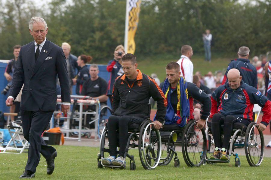 Le Prince Charles accompagne des athlètes en fauteuil roulant lors des Invictus Games, compétition sportive internationale entre des soldats blessés, organisée par son fils le Prince Harry.