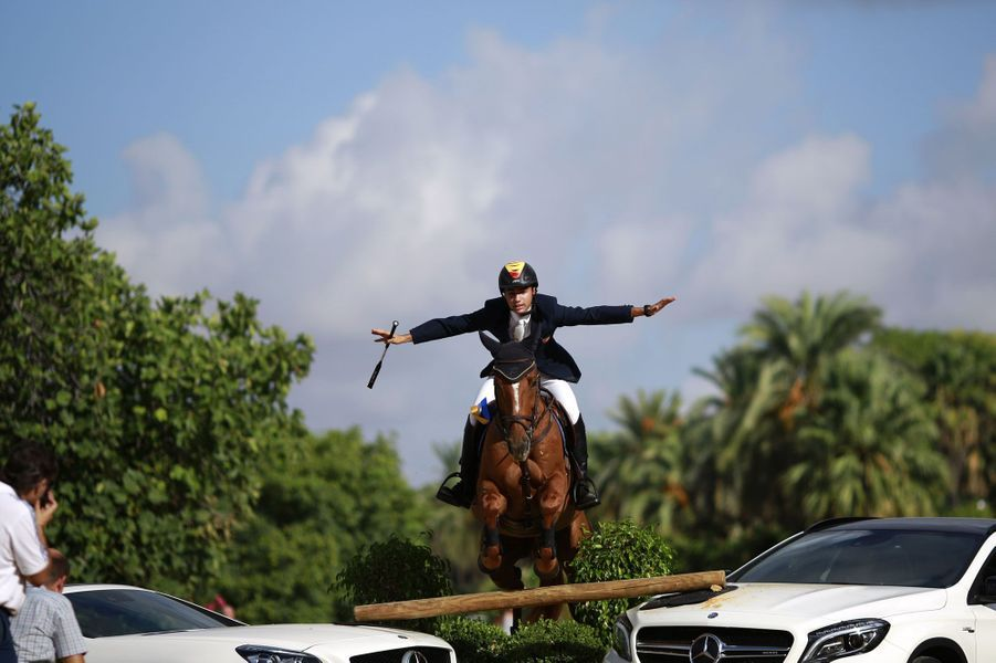 Le cavalier espagnol Francisco Gavino parade lors d'un show à Séville.