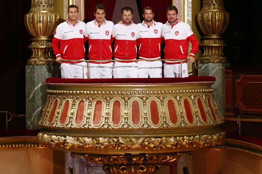 L'équipe suisse pour la Coupe Davis -Marco Chiudinelli, Roger Federer, Severin Luethi, Michael Lammer et Stanislas Wawrinka- est sagement réunie dans la salle de concert Victoria Hall à Genève.