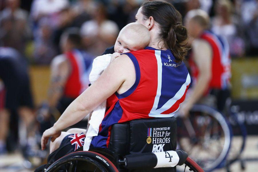 Kirsty Wallace partage avec son fils la victoire de son équipe, médaille d'or en basket en fauteuil roulant aux Invictus Games.
