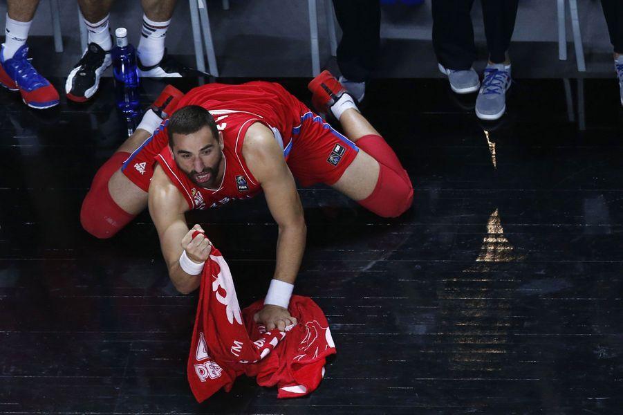 Alors que son équipe affronte la France en demi-finale, le Serbe Rasko Katic a du mal à contenir sa joie à l'approche de la victoire.