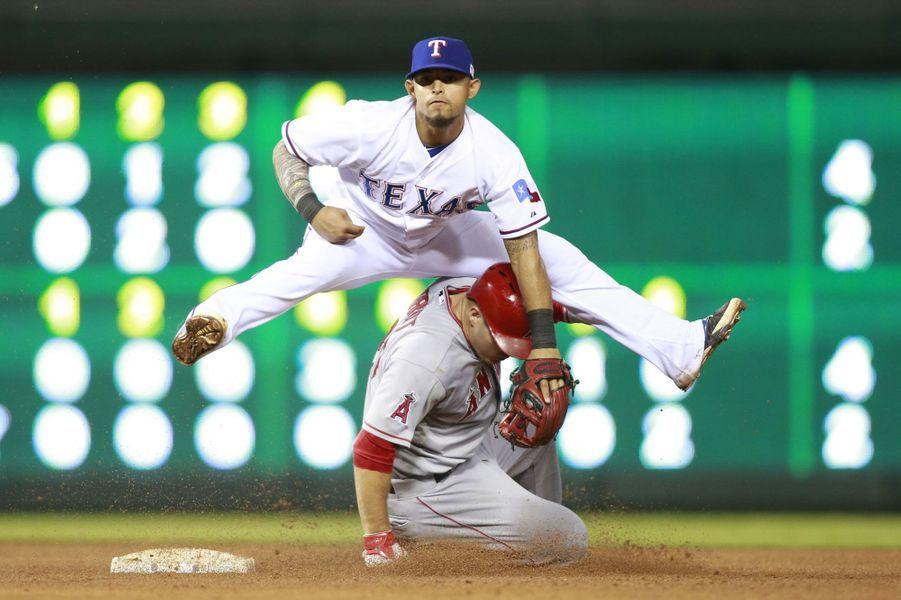 Séquence saute-moutons lors d'un match de baseball entre les Rangers du Texas et les Angels de Los Angeles.