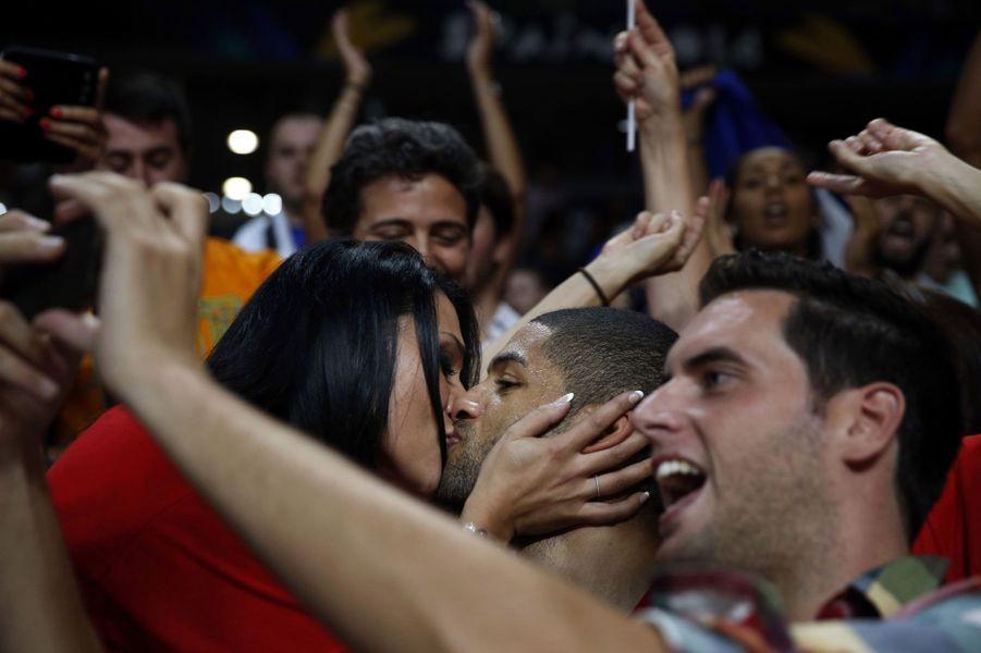 Alors que la France vient de décrocher la troisième place au Mondial de Basket, Nicolas Batum fête la victoire avec un baiser.