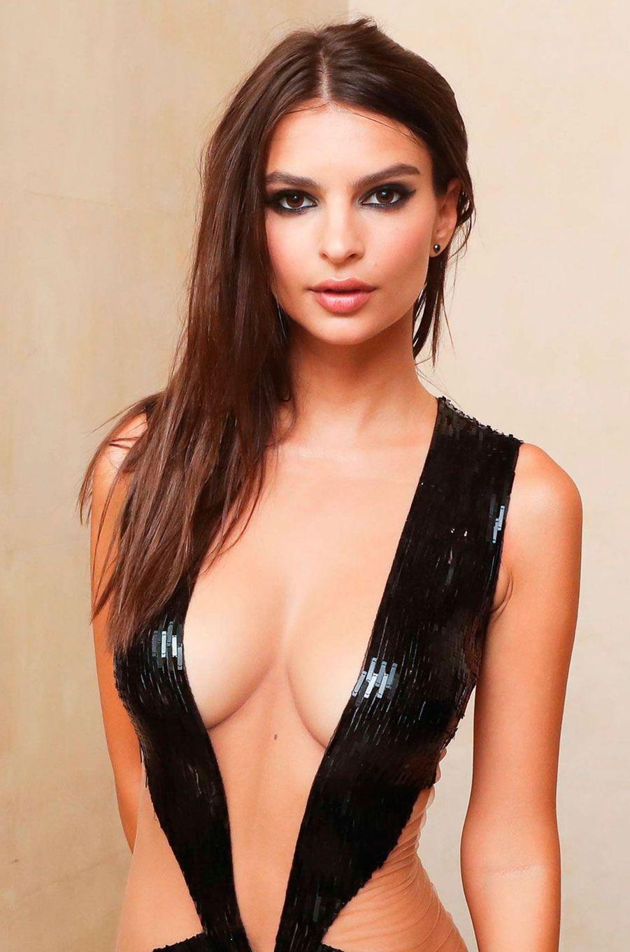 Emily Ratajkowski a fait sensation avec cette robe très décolletée