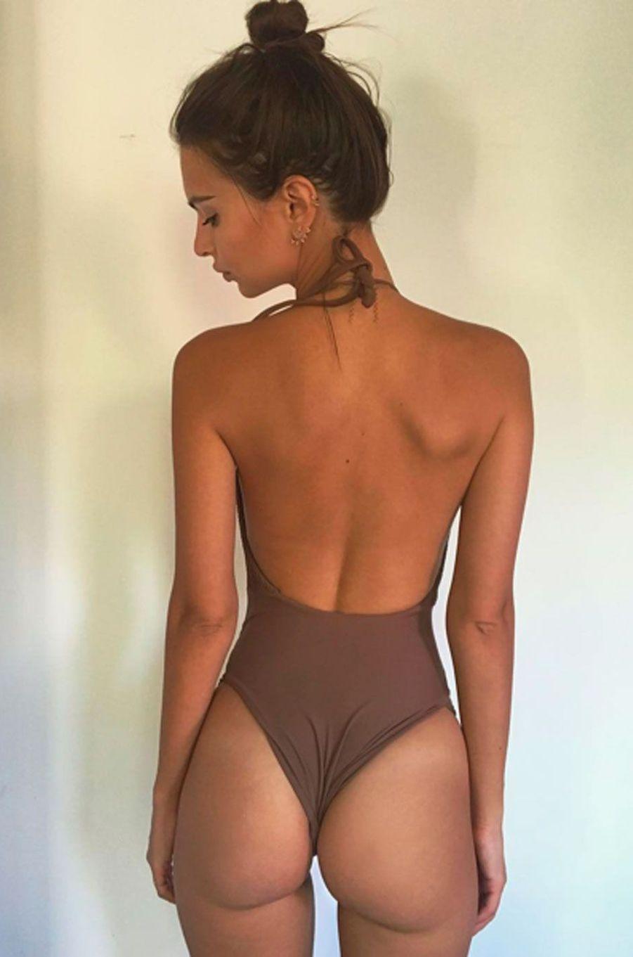 Emily Ratajkowski aime afficher ses courbes affriolantes