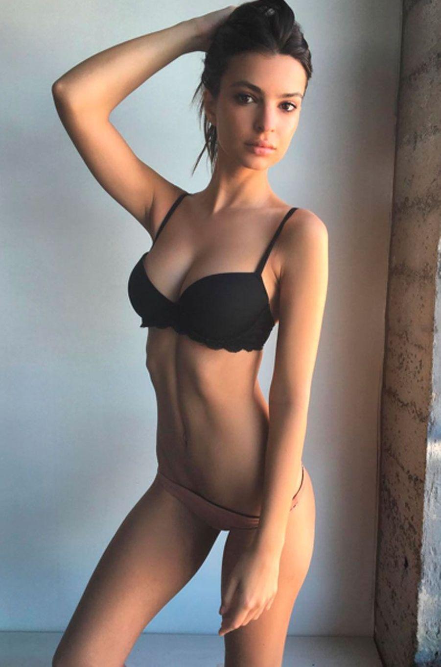 Emily Ratajkowski aime prendre la pose