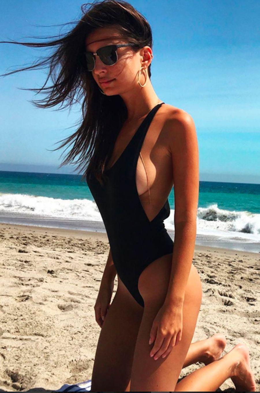 Emily Ratajkowski profite du soleil