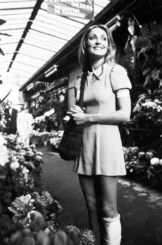 Sharon Tate,lajambe plâtrée après une chute dans l'escalier de son hôtel,se promènedans le marché aux fleurs de l'Île de la Cité,à Paris,en octobre 1968.