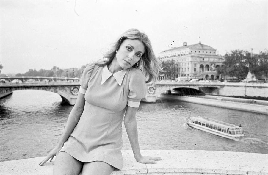 Sharon Tate posant assis sur le Pont Notre-Dame,à Paris,en octobre 1968.