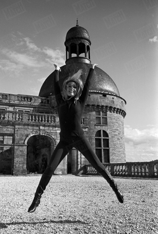 """Sharon Tate, devant le château de Hautefort en Dordogne, pour le tournage du film """"Le Mystère des treize"""" de Jack Lee Thompson, en septembre 1965."""