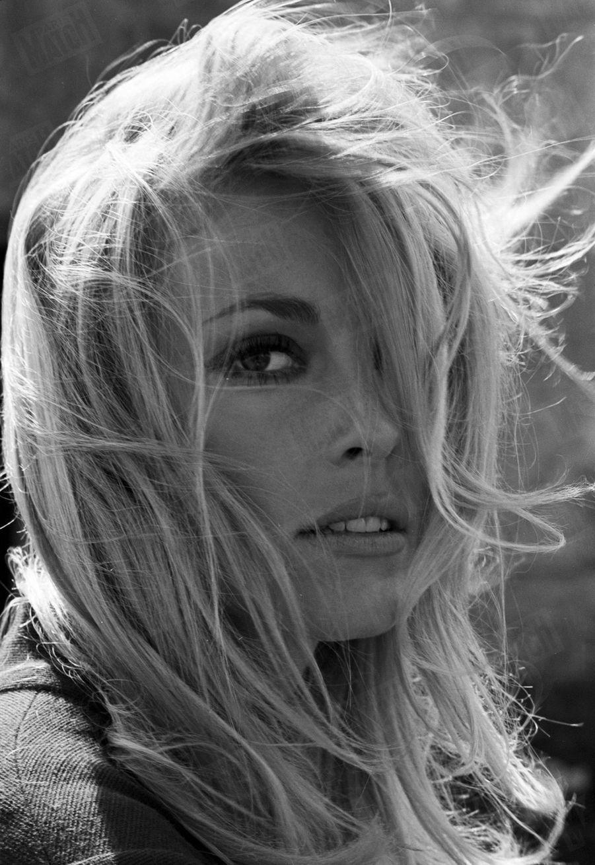 """Sharon Tate, dans le parc du château de Hautefort en Dordogne, pour le tournage du film """"Le Mystère des treize"""" de Jack Lee Thompson, en septembre 1965."""