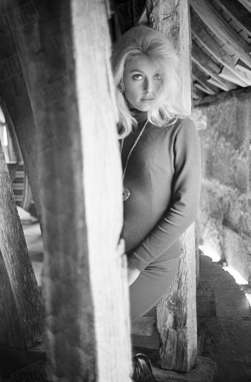 """Sharon Tate, dans le château de Hautefort en Dordogne, pour le tournage du film """"Le Mystère des treize"""" de Jack Lee Thompson, en septembre 1965."""